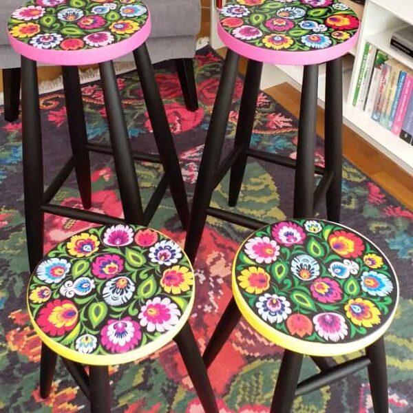 ev-dekorasyon-renkli-desenli-mutfak-bar-tabureleri-43041